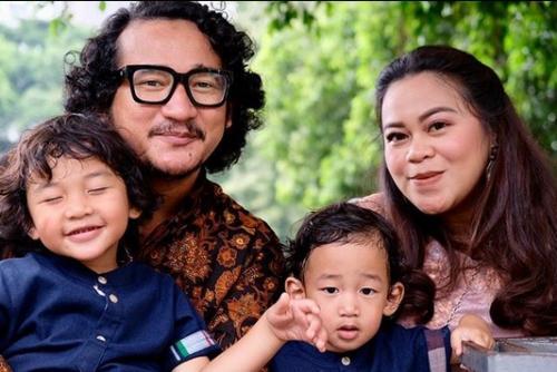 Isa Bajaj dan keluarga