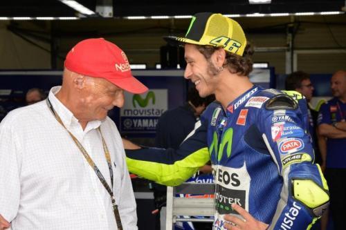 Niki Lauda bersama Valentino Rossi (Foto: MotoGP/Twitter)