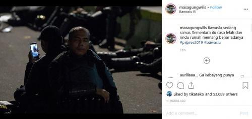 Dua polisi duduk