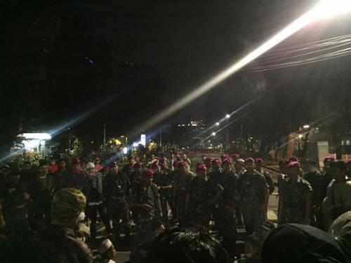 TNI redam situasi di Jalan Sabang yang sempat menegang. (Foto : Arie Dwi Satrio/Okezone)
