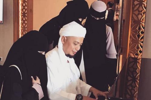 Ustadz Arifin Ilham dan istri