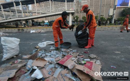orang membersihkan sampah