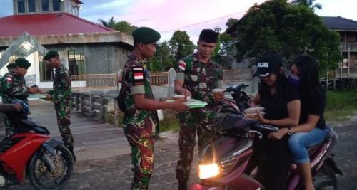 TNI bagikan takjil