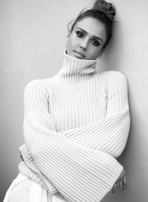 Jessica Alba mengaku tak nyaman harus melakukan adegan intim di saat semua kru melihatnya. (Foto: Harper's Bazaar)