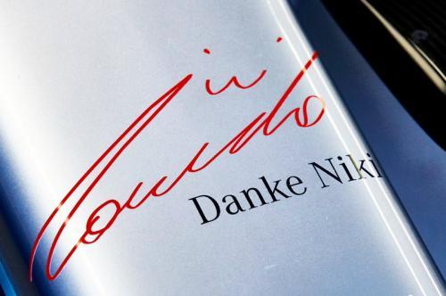 Salah satu bentuk penghormatan terhadap Niki Lauda (Foto: Twitter/Mercedes AMG Petronas)