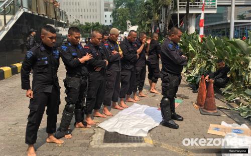 Petugas Brimop Aksi Demo 22 Mei