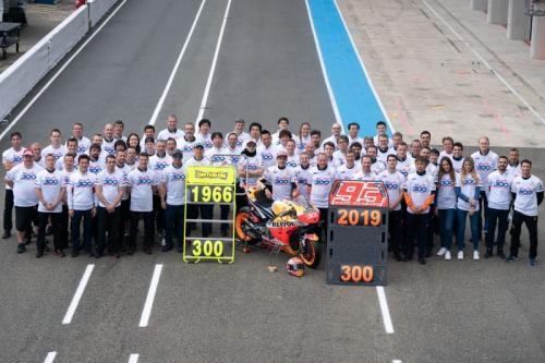 Segenap tim Honda merayakan kemenangan ke-300 (Foto: Honda Racing Corporation)
