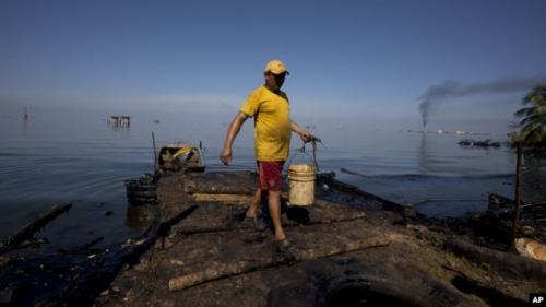 Nelayan Venezuela mencari ikan untuk ditukar dengan beras. (Foto : Dok). (AP)