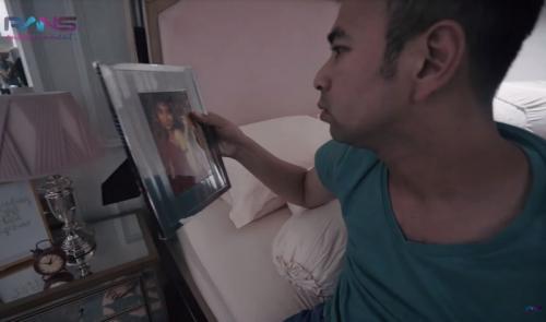 Nagita Slavina tampak memerhatikan foto lawas sang istri, Nagita Slavina. (Foto: Instagram)
