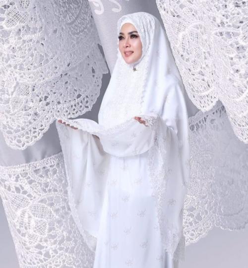 Syahrini memakai mukena warna putih