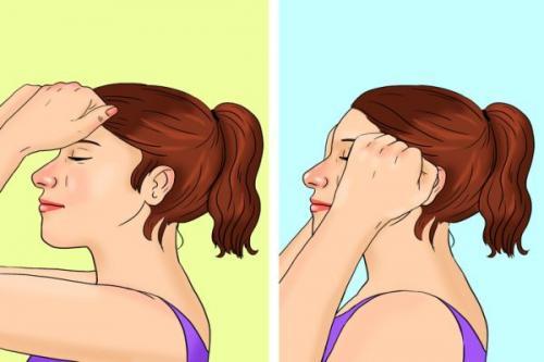 Tekuk sedikit kepala Anda. Kembali buat kepalan dan tekan dahi Anda pada garis rambut.