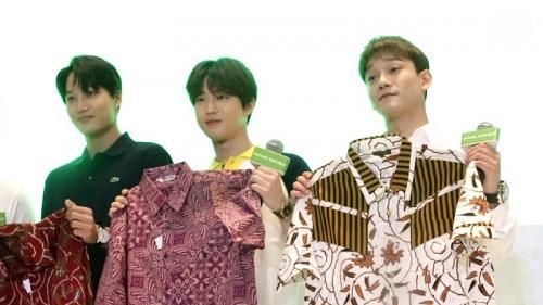 Personel EXO mendapatkan batik