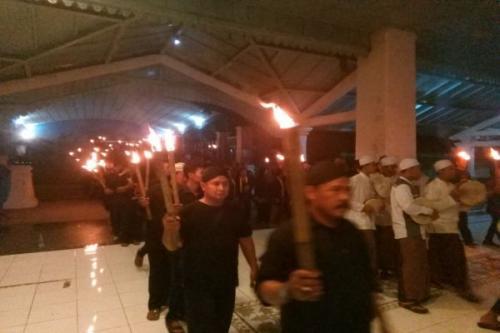 Peserta Malam Selikuran di Kraton Solo Membawa Obor