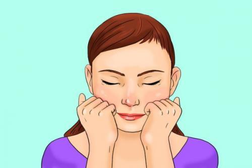 Letakkan kepalan tangan di tulang pipi dengan jari di wajah Anda.