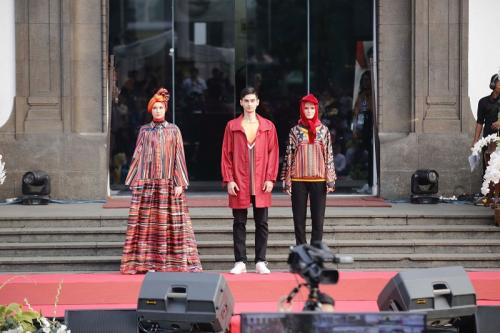 Pria dan wanita memakai baju muslim