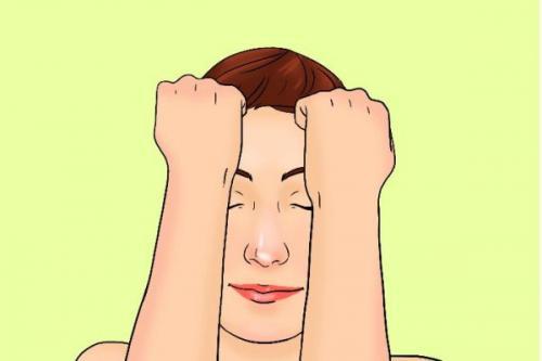 Buatlah kepalan tangan dan lakukan gerakan pijat menggosok ke arah garis rambut.