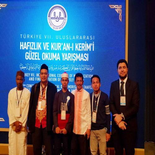 Penyerahan hadiah juara 1 tilawah Alquran MTQ internasional di Turki
