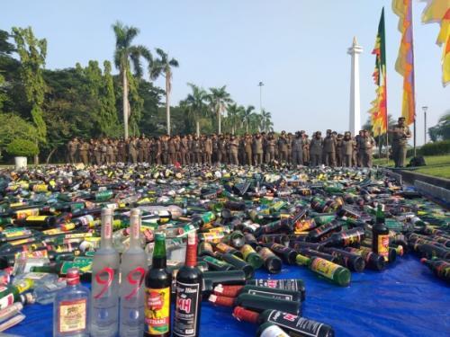 Pemusnahan miras ilegal. (Foto : Fadel Prayoga/Okezone)