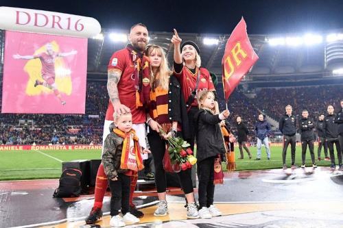 Daniele De Rossi bersama keluarganya (Foto: AS Roma/Twitter)