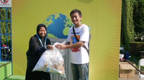 Panasonic memanfaatkan area Car Free Day Jakarta untuk mengkampanyekan pengurangan sampak plastik.