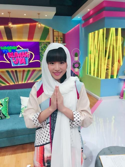 Haruka eks JKT48 memakai hijab