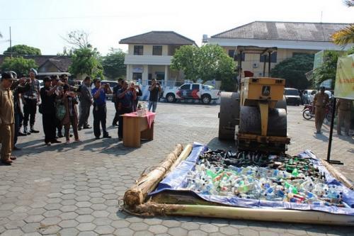 Pemusnahan minuman keras di Mapolres Gunungkidul. (krjogja.com)