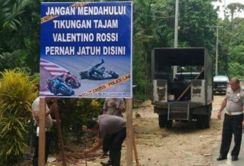 Valentino Rossi saja pernah jatuh di tikungan itu, katanya. Papan peringatan ini ada di Jayapura Kota.