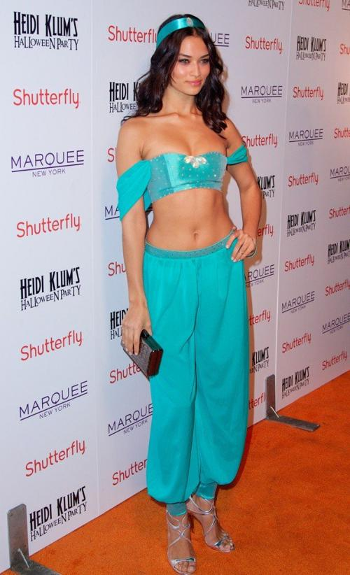hanina menarik perhatian dengan bergaya ala Jasmine, crop top dan midriff pants warna biru