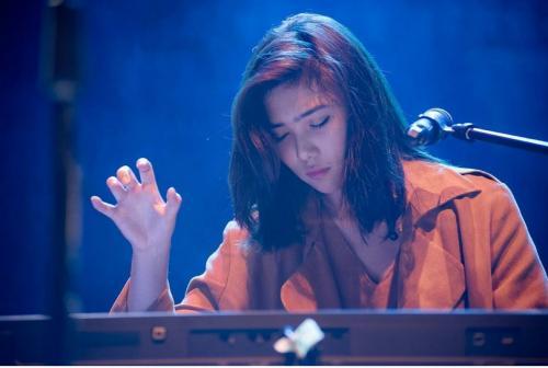 Perempuan main piano
