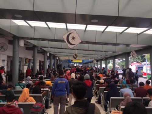 Pemudik di Stasiun Pasar Senen. (Foto: Harits Tryan Akhmad/Okezone)