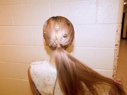Perempuan pakai jepit rambut