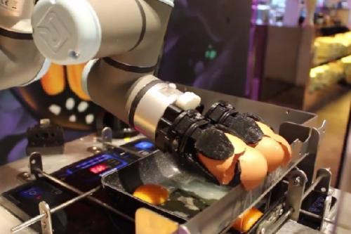 Robot AUSCA yang dapat membuat hidangan telur mata sapi dan dadar