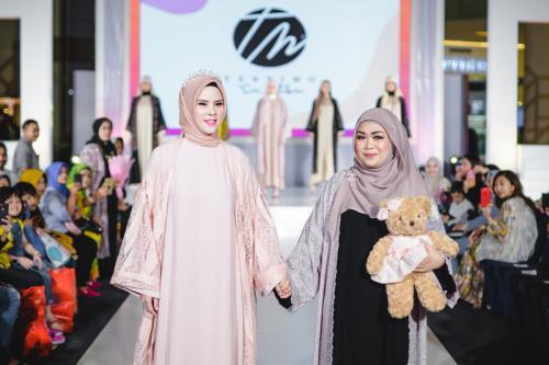 Angel Lelga bersama Desainer Sari Batubara
