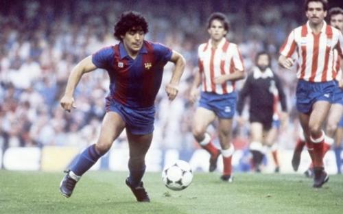 Aksi Maradona saat membela Barcelona