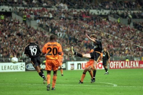 Valencia takluk di Final Liga Champions 1999-2000 dari Real Madrid.