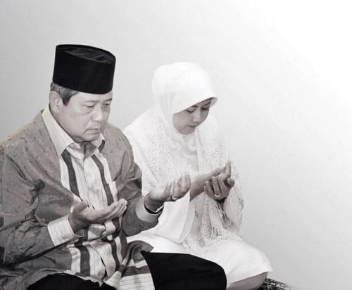 Ani Yudhoyono Bersama SBY Tengah Berdoa