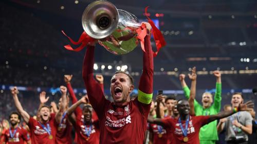 Momen saat Henderson mengangkat trofi Liga Champions 2018-2019