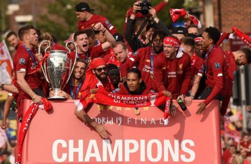 Skuad Liverpool diarak menggunakan bus terbuka (Foto: UEFA)