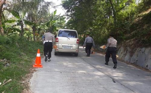 Polisi ganjal mobil