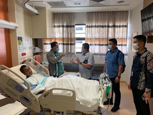Kapolri jenguk Kasatreskim Wonogiri yang dirawat di rumah sakit Singapura (Foto: Istimewa)