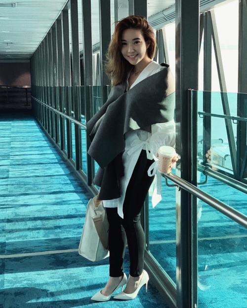Gisella Anastasia saat berpose di sebuah lorong