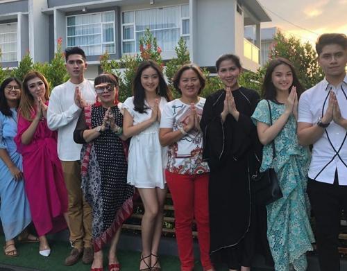 Natasha Wilona dan sang ibu merayakan Lebaran dengan keluarga Verrell Bramasta. (Foto: Instagram/Venna Melinda)