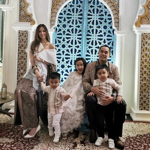 Atasan off the shoulder asimetris yang dikenakan Nia Ramadhani dinilai netizen tak layak untuk dikenakan saat Lebaran. (Foto: Instagram)