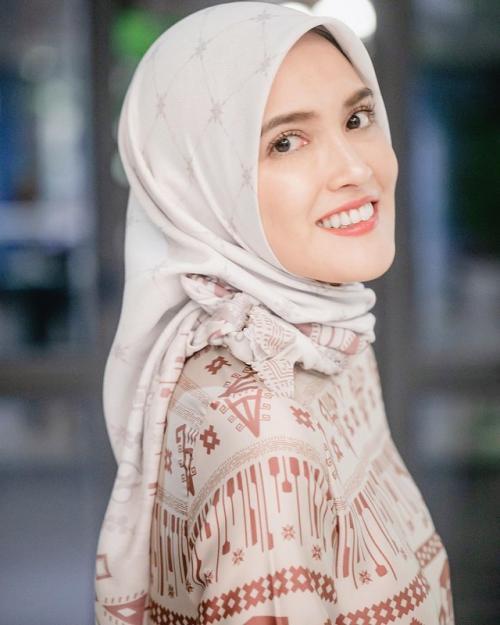 Shandy Aulia mengaku, mengenakan jilbab untuk menghormati sang ayah. (Foto: Instagram)