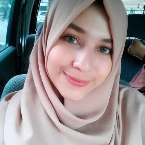 Tak nyaman dengan celotehan publik tentang ketidakmiripannya dengan sang ayah, Mona Rizqia pilih gembok akun medsos. (Foto: Instagram)