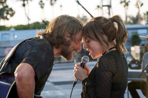 Penampilan mesra Lady Gaga dan Bradley Cooper memunculkan isu keduanya terlibat asmara. (Foto: Warner Bros.)