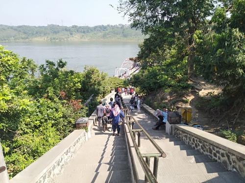 Para wisatawan di Goa Kreo