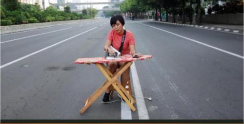 Wanita Ini Istrika di Tengah Jalan Jakarta Sepi