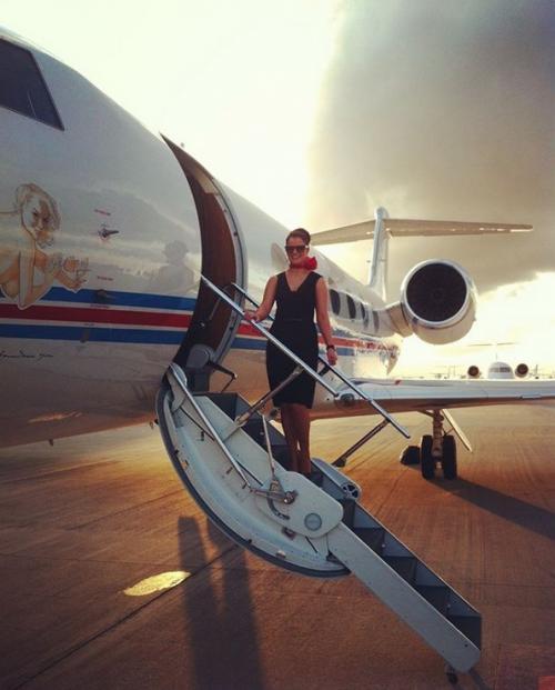 Perempuan di tangga pesawat