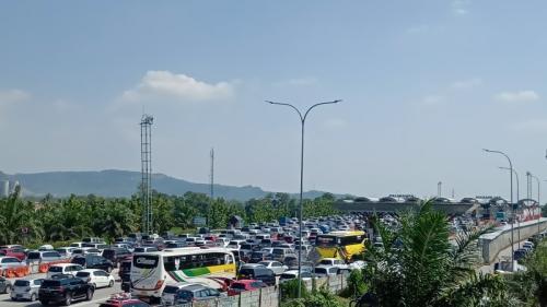 Kendaraan mengular hingga 2 km di GT Palimanan saat arus balik Lebaran 2019. (Foto : Fathnur Rohman/Okezone)